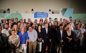 Moreno, rodeado de alcaldes y alcaldesas electos de su partido, este lunes en la Junta Directiva Regional.