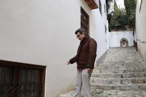 Antonio Cambril señala el lugar donde estaba la entrada a la vivienda.