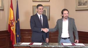 Pedro Sánchez y Pablo Iglesias al firmar el preacuerdo del Gobierno de coalición.