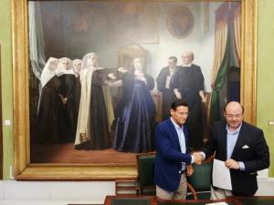 Luis Salvador y Sebastián Pérez se dan la mano tras la firma del acuerdo.