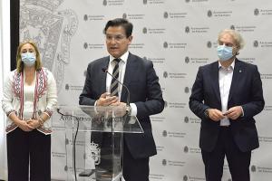 El alcalde con el edil Huertas y la presidenta de Cruz Roja.