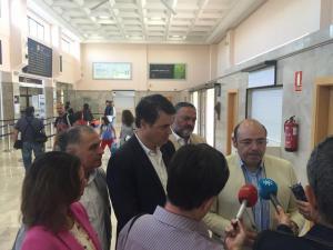 Pérez y representantes del PP atienden a los periodistas en el Aeropuerto.