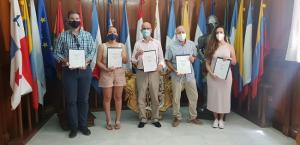 El alcalde y portavoces de los grupos municipales, tras la firma del acuerdo.