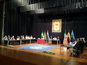 Vista general del pleno de investidura en Almuñécar.