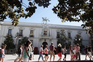 Turistas pasan frente al Ayuntamiento de Granada.