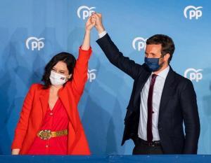 Isabel Díaz Ayuso y Pablo Casado, en la noche del triunfo electoral en Madrid.