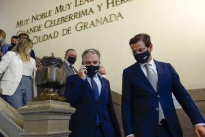 Elías Bendodo, con Luis Salvador, en una visita a Granada.