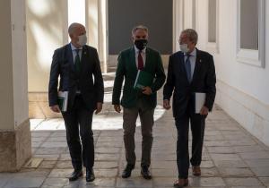 Elías Bendodo, este martes, flanqueada por Javier Imbroda y Rogelio Velasco.
