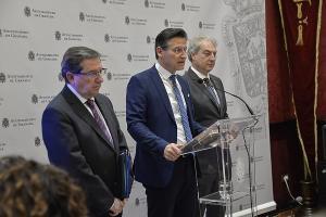 Luis Salvador, este martes, flanqueado por Luis González y José Antonio Huertas.