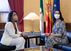 Arrimadas, con la presidenta del Parlamento andaluz, en una visita reciente a Sevilla.
