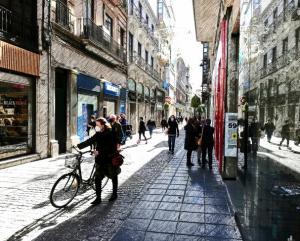 Calle Mesones tras levantarse las restricciones que mantenían cerrados comercios y bares.