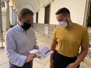 El concejal socialista Jacobo Calvo compara facturas de Emasagra.