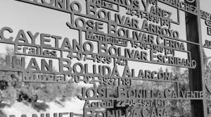 Monumento de la tapia del cementerio de Granada, con el nombre, entre otros, de Cayetano Bolívar Escribano.