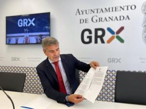 César Díaz, este martes en rueda de prensa, muestra la carta remitida a Cs.