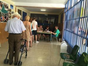 Electores aguardan a ejercer su derecho al voto en un colegio de la capital.
