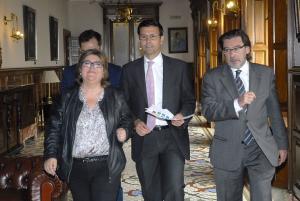 Francisco Cuenca con sus dos tenientes de alcalde, Ana Muñoz y Baldomero Oliver.
