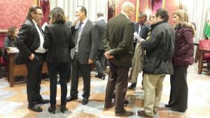 Concejales hablando antes de comenzar el pleno este domingo.