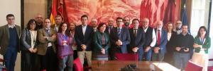 Foto de los representantes de la Mesa del Ferrocarril con los diputados de la Comisión de Fomento.