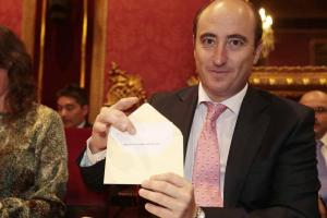 García Montero enseña su voto por Torres Hurtado.