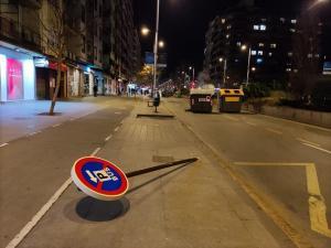 Destrozos en Camino de Ronda, tras los incidentes.