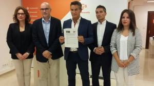 Luis Salvador con los concejales de Ciudadanos en el Ayuntamiento de Granada.