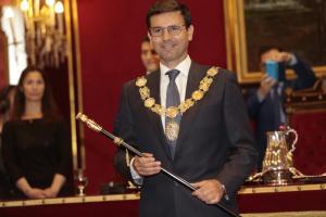 Francisco Cuenca con el bastón de alcalde.