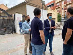 Francisco Cuenca y Jacobo Calvo conversan con los periodistas a las puertas del Tierno Galván.