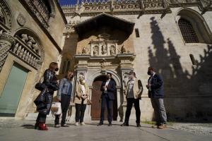 Cuenca y otros ediles socialistas con representantes de los guías turísticos de Granada.