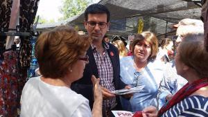 Paco Cuenca durante su visita al mercadillo del Zaidín.