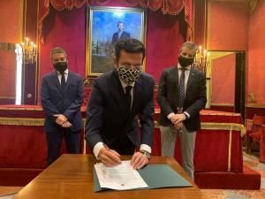 Francisco Cuenca, durante la firma, con César Díaz y Manuel Olivares.