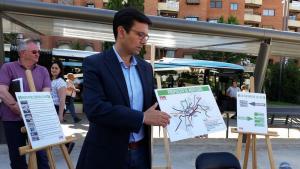 El candidato socialista expone su propuesta de movilidad.