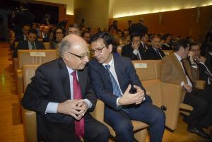 El ministro de Hacienda conversa con el alcalde de Granada en el acto del 40 aniversario de la CGE.