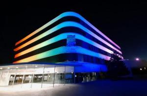 La sede de la Diputación iluminada con los colores de la bandera arcoíris el pasado junio.