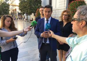 Luis Salvador atiende a los medios.