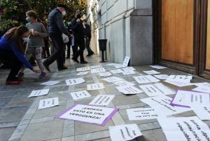 Carteles depositados a las puertas del Ayuntamiento, este miércoles.