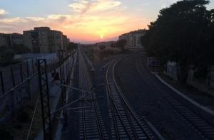 Confluencia de las vías del tren antes de su llegada a la estación.