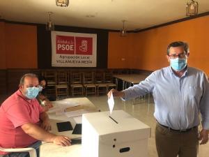 Entrena, este domingo al votar en Villanueva Mesía.