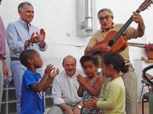 Sebastián Pérez con los niños que atiende FES en una de las imágenes distribuidas por el partido.