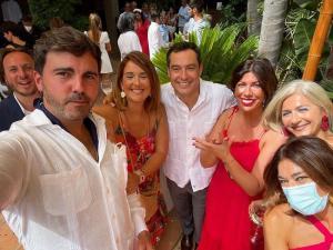 Fotografía con Moreno y otros invitados, sin mascarillas salvo una de ellos, en la fiesta en Tarifa.