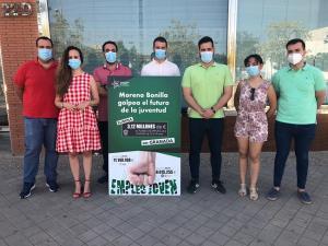 Representantes de Juventudes Socialistas con el secretario de Organización de Granada, este jueves.