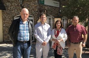 Miembros del PSOE, frente al consultorio.