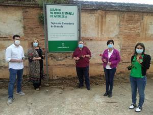 Robles, acompañado por otros representantes socialistas, en las tapias del cementerio de Granada.