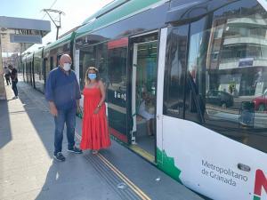 Gerardo Sánchez y Dolores Cañavate, junto al Metro en Armilla.
