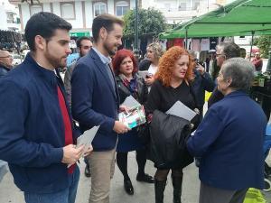 Martín Arcos, con la alcaldesa de Salobreña y otros representantes socialistas, en su visita a la localidad.