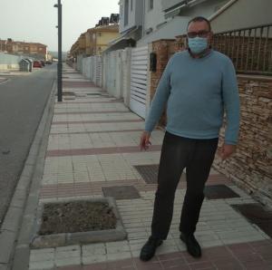 Manuel Ruiz Caparrós, en una calle con alcorques vacíos.