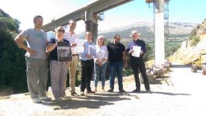 Los socialistas ante el puente Quebrada