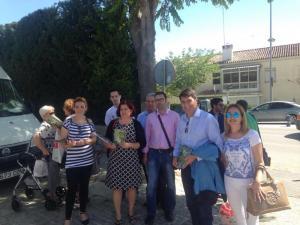 Elvira Ramón con el alcalde de Baza y otros socialistas en la campaña informativa.