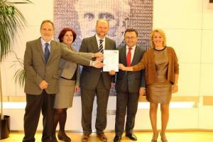 Elvira Ramón con los diputados socialistas que han presentado la iniciativa.
