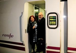 Elvira Ramón y Gregorio Cámara suben al primer Talgo hacia Madrid.