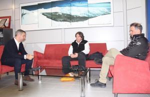 El consejero, con el director de Cetursa y el representante de la Asociación de Empresarios de la Sierra.